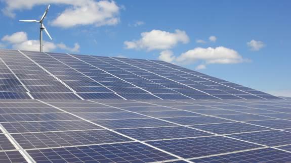 Prisen på solceller er omkring halveret på fem år og samtidig er effektiviteten bare steget. Det gør solceller til en interessant investering lige nu.