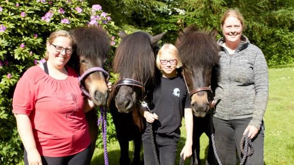 Kusinerne Kristina Thomsen og Stine Kristensen er hjemmevante på konkurrencebanerne til Gæðingakeppni, men i Hjørring stiller de deres heste til bedømmelse for første gang på et dyrskue.