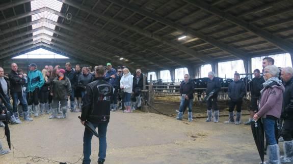 Omkring 120 landmænd, naboer, samarbejdspartnere etc. trodsede regnen, da landmand Niels Martin Krag lukkede stalddørene op og bød indenfor. Som en af deltagerne og naboerne nævnte, så gjorde det ingenting, at det regnede – for de havde ikke fået meget nedbør i Daler området i forvejen.