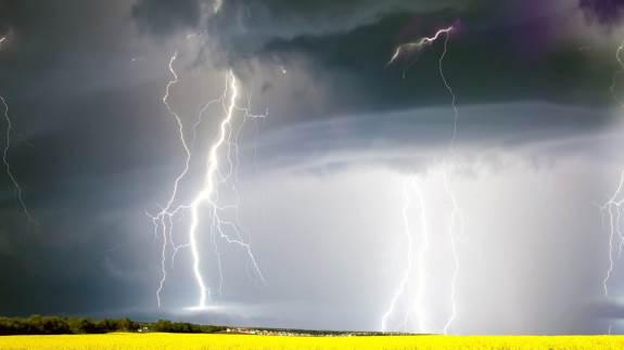 Omkring 85 procent af alle lyn slår ned i de tre sommermåneder og kan give massive skader på bygninger og inventar.