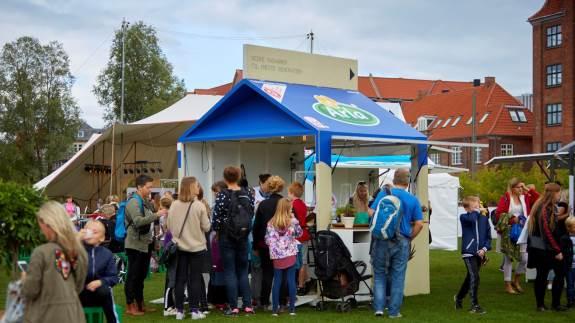 Tag på bæredygtighedsskattejagt, smag på nye råvarer eller lær at trylle madrester om til lækre måltider, når Arla igen i år afholder årets sjoveste madfestival for børn og barnlige sjæle. Særligt bæredygtige madvaner er på menuen ved dette års Arla Food Fest, der kan opleves i København d. 31. august og i Aarhus fra d. 6.-8. september.