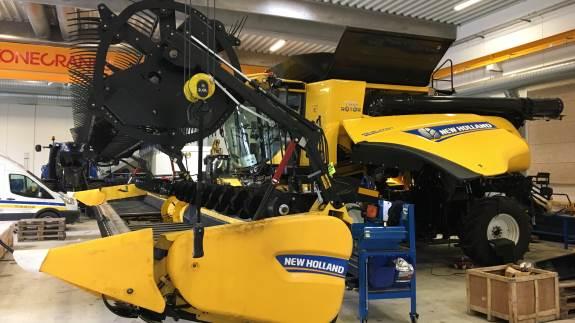 Mens der bliver knoklet for at gøre de sidste maskiner klar efter sidste års høstsæson, har Farmas også fået tiden til at gå med at gøre en ny CR10.90 klar til danmarkspremiere på New Hollands fleksible Draper-skærebord.