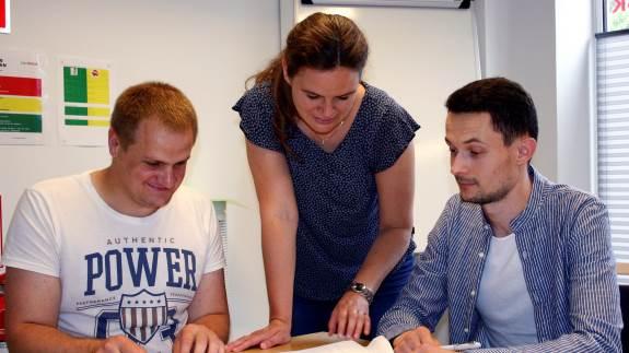Vasyl og Vitalii arbejder på fynske svinebedrifter. De vil gerne blive i Danmark. Derfor gør de en stor indsats for at lære det danske sprog.