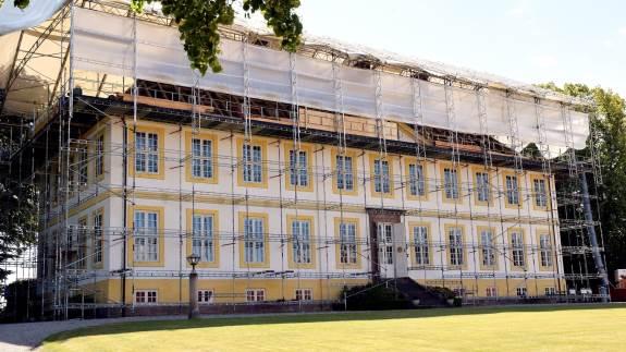 Hagenskov Slot er i denne tid ved at få udskiftet taget, som blev lagt op, da slottet blev bygget i begyndelsen af 1770'erne.