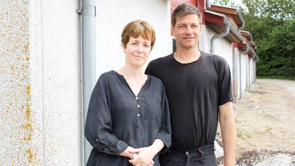 Erling og Dorte Kristensen har nytænkt deres langbrugsvirksomhed ved Hornslet på Djursland. Grisene blev sat ud i slutningen af 2018, de startede Rodskovgruppen og renoverede bygningerne, som i dag har fire lejemål.