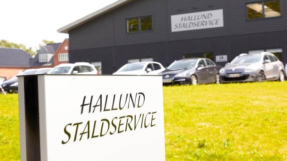 Hallund Staldservice, Brønderslev, har væltet alle deres gamle bygninger og er nu klar til at vise kunderne godt 2.600 kvadratmeter splinter nye rammer.