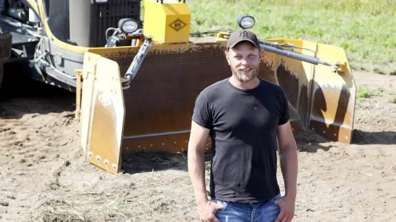 Mens planering af marker vinder mere og mere frem og fortsat er David Iversen, Iversens Markservices hovedopgave, dukker der flere og flere opgaver til kilverdozeren op uden for marken.