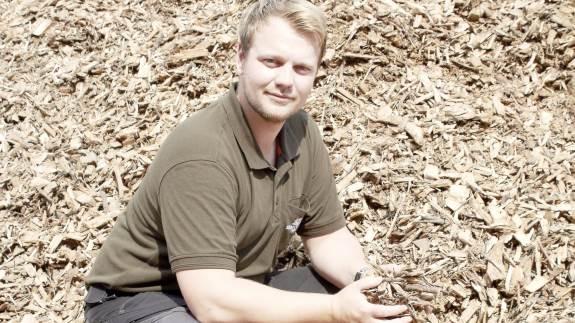 Skovforvalterne tilbyder pakkeløsninger til skovejere. Rådgivning, tonstungt arbejde i skoven, salg af råtræ og flis samt tilskudsansøgninger. Bag virksomheden står 25-årige Andreas Bach, som er skov- og landskabsingeniør med hele tre specialer. For ham er grundstammen i en sund økonomi i skoven, at kvaliteten af arbejdet er i orden.