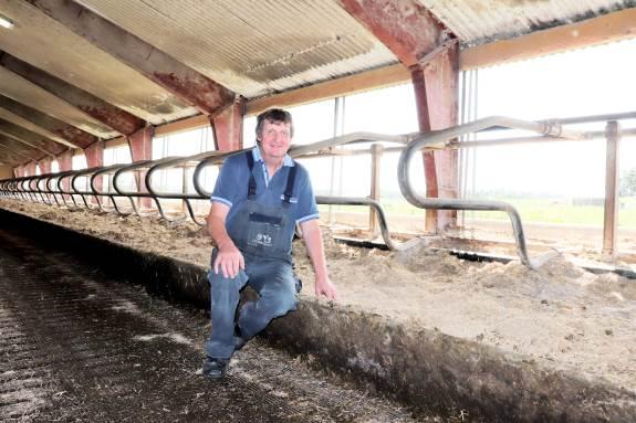 For mælkeproducent Karsten Mikkelsen faldt ønsket om bedre velfærd i stalden sammen med en af EU's moderniseringsordninger. I dag har forbedringerne givet stigende ydelse. Og landmanden mener, at støtteordningerne skubber landbruget fremad trods bøvl med ansøgningerne.