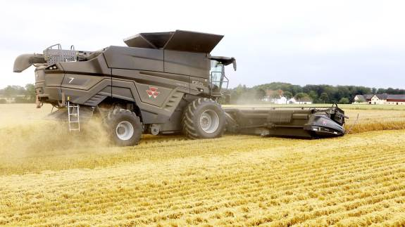 Gennem generationer har seneste model af den danskudviklede mejetærsker høstet afgrøderne på den midtfynske bedrift. Til denne sæson er indkøbt det første eksemplar af MF Ideal 7-modellen, som er skabt på Agco's udviklingscenter i Randers, men produceres i Italien.