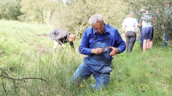 Med en tesi i hånden kan man finde de områder, hvor der er risiko for at få sine dyr inficeret med leverikter. Forleden lærte den hollandske dyrlæge Judith van Andel kunsten fra sig hos danske landmænd.