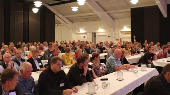 Over 200 konsulenter, forskere, enkelte landmænd og andre interessenter var forleden samlet i Herning Kongrescenter, hvor årets hovedtema for Fodringsdagen var protein.