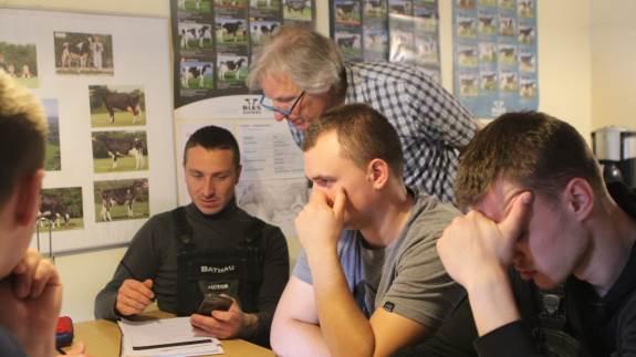 Arbejdstiderne på et landbrug kommer ofte i vejen for at kunne modtage danskundervisning på et sprogcenter. Derfor rykker Sprogcenter Viborg ud og underviser på gården. Hos Bathau Holstein, Tjele, har det givet fem ukrainske elever, som ellers ville have droppet at lære dansk.