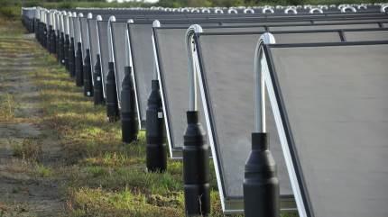Solcellefirmaer vil gerne lave bindende aftaler med landmænd om leje af jord til et solcelleanlæg. Agri Nords solcelle-ekspert Jacob Frey Hansen advarer om, at der ofte ingen garanti er for, at anlægget bliver til noget. Og så har landmanden låst sig fast.