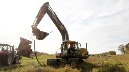 Selvom man ikke skal bruge for lang tid på at lede efter gamle drænledninger, føler Michael Houen Pedersen, Houen Entreprenørforretning, at dræning med gravemaskine frem for drænplov gør det lettere at passe arbejdet ind efter de eksisterende dræn.