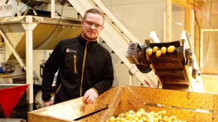 Trods sine kun 30 år, har Lasse Christensen dyrket kartofler næsten hele sit liv. For snart to år siden overtog han halvdelen af sine forældres virksomhed, Stormgård Vildmose Kartofler.
