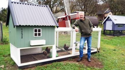 Michael Mønster leverer alt til det mindre hønsehold. Hønsehus og hønsegård, foder, spåner, skaller og ikke mindst høns. Og har leveret høns til såvel Badehotellet som Hella Joof og Adam Price.