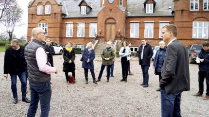 Medlemmer fra Folketingets miljø- og fødevareudvalg har været på en lille sjællandsk rundtur med stop på Adamshøj Gods ved Ringsted og Arla i Slagelse.