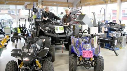Mens ATV'er og højtryksrensere er en gængs vare til Østervrå Motor- og Cykelcenters landbrugskunder, investerer flere landmænd også i scootere til medarbejderne.