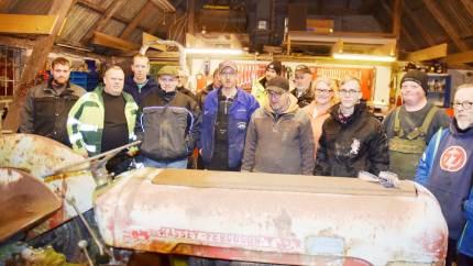 En broget samling af mere end 25 år gamle traktorer og en snes traktorentusiaster fra 17-års alderen og til godt oppe i 70'erne har fundet sammen i skrueklubben »Værkstedet på Østerlund« i Hjerup.