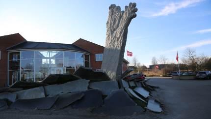 Skulpturen Brydning, skabt af billedhugger Claus Ørntoft, er på behørig vis blevet indviet foran Østdansk Landboforening.