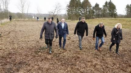 Fødevareministeren og medlemmer af Folketingets miljø- og fødevareudvalg var forleden i Ryslinge for at studere et minivådområde med flismatrice.