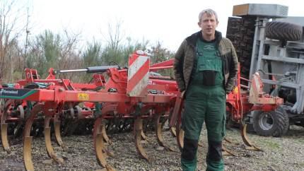 En dybdeharve med sideskær, er Henriks Markservices seneste våben mod ukrudt på de økologiske arealer.
