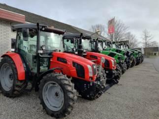 A.P. Andersen Maskinfirma I/S i Gjerndrup nær Brørup har haft travle på det seneste med klargøringen af ikke mindre end syv nye traktorer, der er solgt og nu leveres til en række kunder