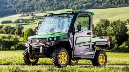 Den nye John Deere Gator har kabine med sæder i kvalitet som bilsæder til op til tre personer ved terrængående kørsel