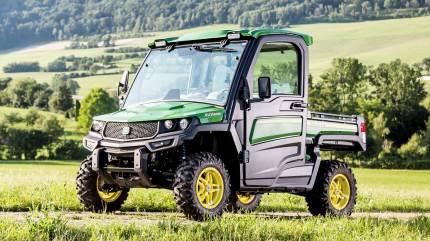 Den nye John Deere Gator har kabine med sæder i kvalitet som bilsæder til op til tre personer ved terrængående kørsel.