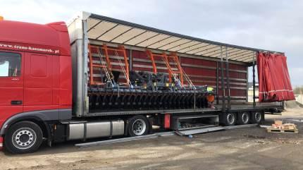 Corona-krisen har lukket mange forretninger ned i Danmark – dog ikke Brørup Traktor- & Maskincenter, hvor lastbilerne ruller ind på pladsen med nye polske landbrugsredskaber til forårsarbejdet