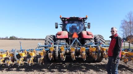 På Lolland-Falster er man forvænt med at kunne slutte forårssåningen omkring 1. april. – Om fire timer er vi færdig med at så vores 115 hektar sukkerroer, sagde Christian Wibholm i går ved middagstid.