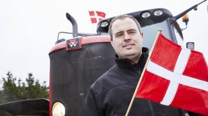 Siden landbrugsorganisationerne i Midt- og Vestjylland for få dage siden opfordrede landmænd til at sætte flag på traktoren og fortsætte flagkørslen gennem hele påsken, har landmænd i stort tal bakket op.