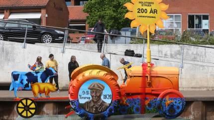 En grå Ferguson er blevet forvandlet til at kunstværk og placeret i Storåen for at markere Holstebro Struer Landboforenings 200 år.