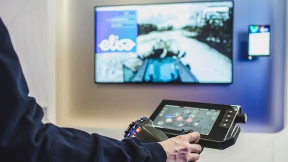 Valtra og firmaet Elisa har sammen udviklet fjernbetjening af en traktor med 5G-netværket og et 360 graders kamera. Løsningen er den første af sin slags i verden.