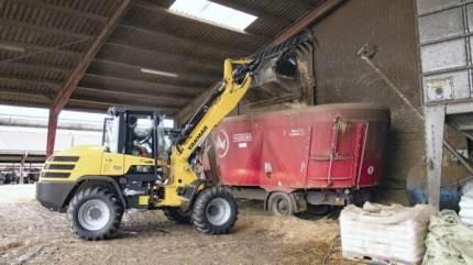 I stalden med 300 køer har Gunnar Dyhre Hansen stor nytte af den nye Yanmar V120 læsser.