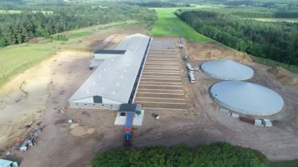Hos bygge- og entrprenørfirmaet Hansen & Larsen i Dejbjerg ved Skjern har man stor erfaring med landbrugsbyggerier – ikke mindst svinestalde, hvor man i øjeblikket er i fuld gang med flere forskellige staldbyggerier