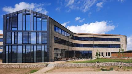 Forleden var det store indflytningsdag hos DLG-koncernen, hvor 250 medarbejdere rykkede ind i nyt domicil i Fredericia. Når flytningen og sammenlægningen i virksomheden er fuldendt efter sommerferien, vil 350 medarbejdere have deres daglige gang i det nye hovedsæde i Fredericia