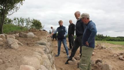 Hessel Herregård er i gang med en større renovering, herunder af de klassiske stendiger. Til det er der givet støtte fra Hedeselskabet.