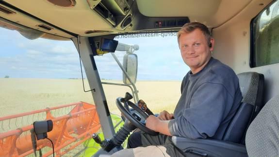 Som et af de første steder i Danmark tog Henrik Banke og hans far, Jørgen Banke, som tilsammen ejer Ebberup Maskinstation på Sydvestfyn, i dag hul på høst af deres vinterbyg.