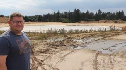Morten Glenthøj, der driver Kirketerp Agro ved Sindal, ser biogas som løsningen, der i fremtiden giver dansk landbrug sin berettigelse. Derfor ærgrer han sig over, at landbruget først har grebet den grønne vision de sidste to-tre år, og nu halter efter energiselskaber og andre store spillere.