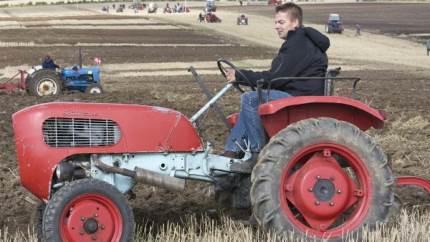 Lars Jørgensen fra Frøbjerg var blandt de over 80 deltagere ved pløjedagen på Brobygaard, hvor han kørte med en 17 hestes traktor, som han fik som 9-årig af sin farfar.