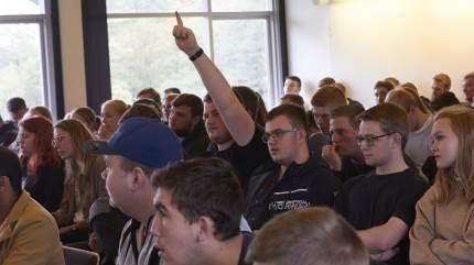 Landbrugsskoleelever fik delt deres meninger, da Dansk Vegetarisk Forening bød op til debat på Nordjyllands Landbrugsskole.