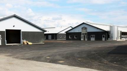 Tidligere på året stod det nye Danmarks Kvægforskningscenter færdigt med helt nye og unikke forsøgsfaciliteter. Centret har fået opført hele tre nye kvægstalde, fået udvidet foderladen samt moderniseret mandskabsbygningen.