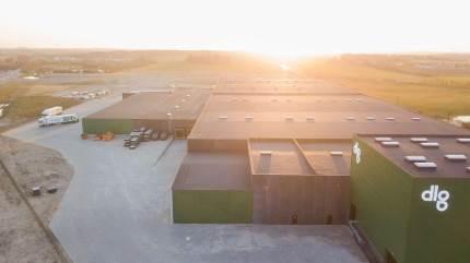 Fra Baronessens Kvarter i Taulov nær Fredericia leverer DLG ordrer ud til kunder i hele landet. De mindre lagre, der før var spredt ud geografisk, er nu samlet på én lokation, og med det nye setup optimerer DLG både logistikken og kundeoplevelsen.