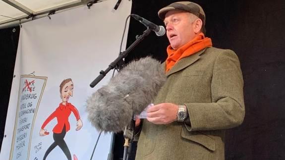 Nordjyden Jan Ulrich er nu forhenværende minkavler. Han gik på scenen i Aarhus og fortalte om sine oplevelser med politi og Fødevarestyrelsen under tvangsaflivningen af sine 60.000 mink, da der var demonstrationer i både Aarhus og København.