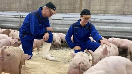 To EU-politikere har været på grisetransport til Padborg. Formålet var at vise, at dyr kan fragtes i over otte timer uden at lide overlast.