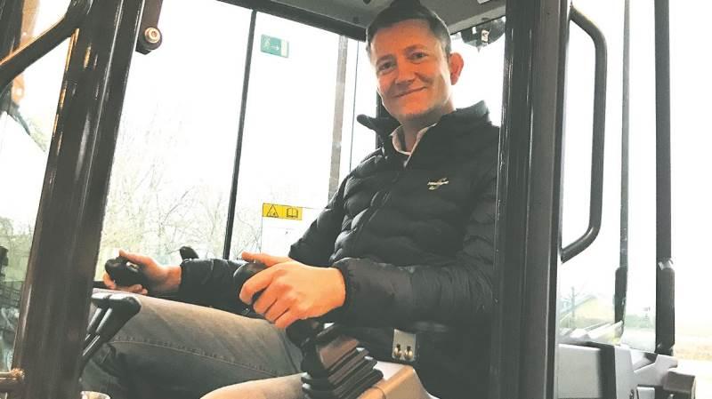Kenneth Knøfler, distriktschef i Svenningsens Maskinforretning, i kabinen på den nye Bobcat E27z, der byder på en masse interessante tiltag.