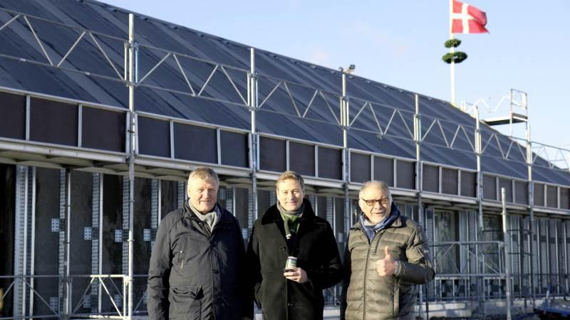 Tre mænd, der har fået Aurion-skaberen Jørn Ussing Larsens mangeårige drøm (t.v.) til nu endeligt at nærme sig virkeliggørelse. I midten arkitekt Reiulf Ramstad og til højre formanden for driftsfonden, restauratør Uffe Nielsen.