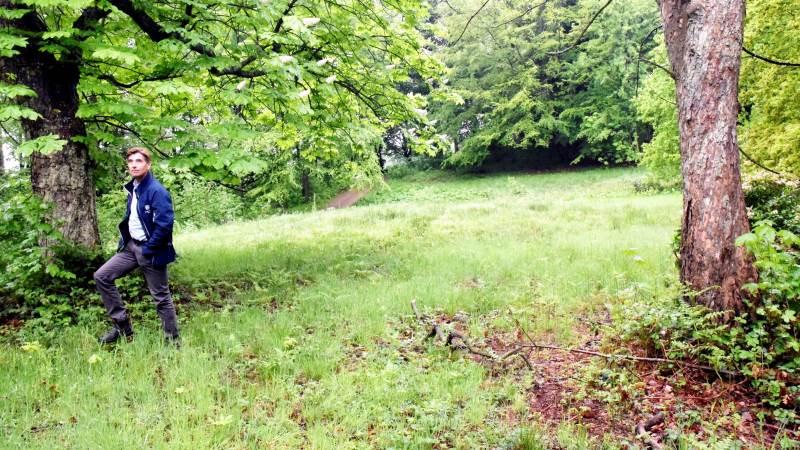 Ditlev Berner ses her i en lysning, der bliver slået et par gange årligt, og hvor der er plantet rododendron. Vi skal værne om både den menneskeskabte natur og vildnis-naturen, mener han. Foto: Morten Ipsen